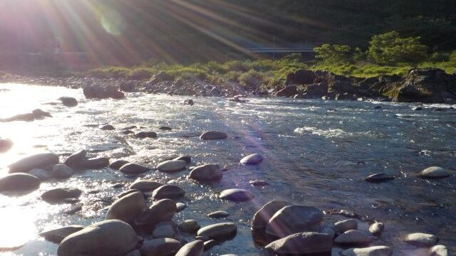 夕マズメの川の画像