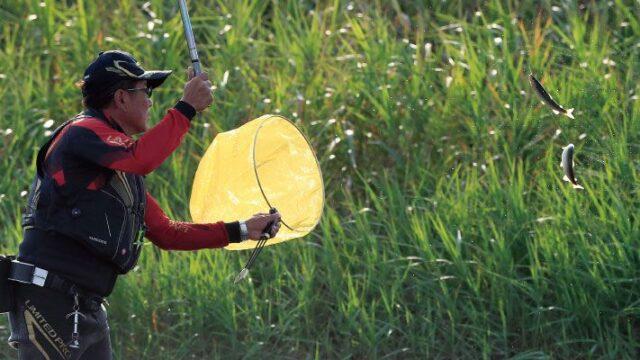 鮎釣りをしている人の画像