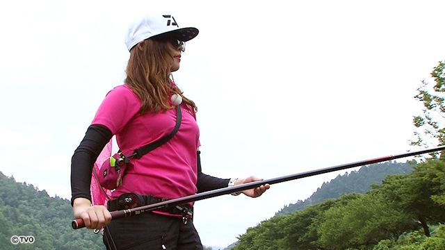 ライトスタイルで鮎釣りをする女性の画像