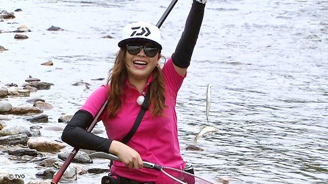 ライトスタイルで鮎釣りを楽しむ女性の画像